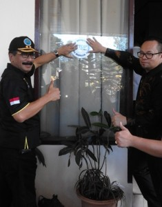 Kepala BNN Kota Manado AKBP Elliasar Supacoly bersama Ketua PDIP Kota Manado Richard Sualang menacapkan stiker Stop Narkoba