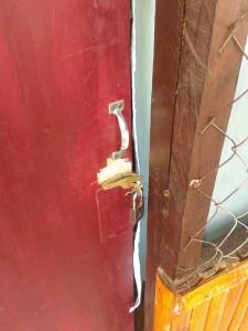 pintu yang di rusak pelaku