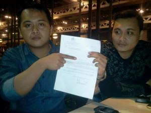 Focksi dan kuasa hukumnya Ferley Kaparang, SH,MH, Sedang memperlihatkan surat pemeriksaan dari Kadis Propam Mabes Polri, di pusat perbelanjaan Grang Indonesia, Sabtu (27/02/2016)