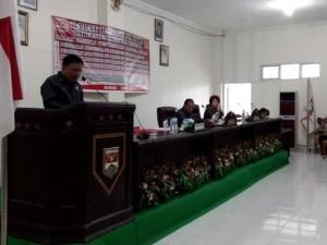 Sekda Kabupaten Minahasa Tenggara (Mitra), Ir, Farry Liwe, saat melakukan sambutan dalam rapat paripurna di Kantor DPRD Mitra, Senin (29/02/2016)