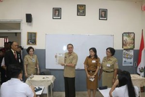 Penjabat Walikota Manado, Ir. Royke Roring yang didampingi Kadis Diknas Corry Tendean Saat Membuka Soal Ujian Nasional pada hari kedua.