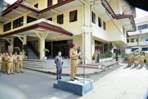 Senin (21/3) Penjabat Walikota Manado, Ir. Royke Roring hari ini memimpin Apel Kerja di Jajaran Pemerintah Kota Manado bertempat di Halaman Kantor Walikota Manado