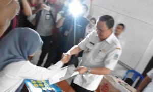 Penjabat Walikota Ir. Royke Roring Menyerahkan Naskah Ujian Nasional Kepada Peserta Ujian di SMA Negeri 3 Manado