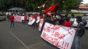Puluhan mahasiswa GMNI melakukan aksi demo damai guna mendesak DPRD Sulut tolak zaskia gotik sebagai duta pancasila dan menolak Soeharto sebagai Pahlawan nasional