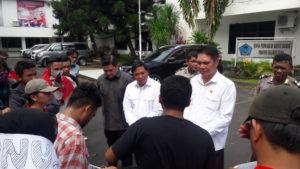 James Karinda, Fanny Legoh dan Billy Lombok menerima aspirasi dari mahasiswa GMNI Sulut