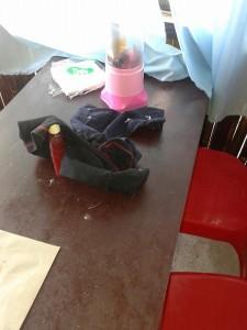 pakaian anak yang tak dibawa, di pindahkan pelaku ke atas meja makan