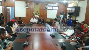 Anggota DPRD Sulut, Noldy Lamalo dan Decky Palinggi saat menerita aspirasi Warga Boltim