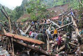 Bakti Sosial TNI Saat Bencana Manado