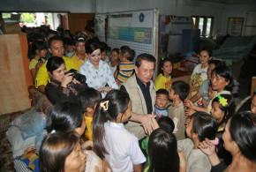 Dr. S. H. Sarundajang menyerahkan bantuan tanggap darurat pada korban bencana alam