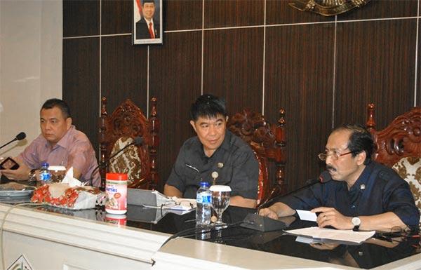 Drs. A. G. Kawatu, MSi saat menerima kunjungan Kerja Bandan Legislasi DPR RI