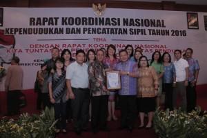 Dukcapil Kota Manado Dianugerahi ISO 9001-2008 Oleh KEMENDARGRI