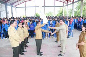 Asisten I Drs GH Mamahit mewakili Bupati James Sumendap, menyerahkan pataka kepada Direktur Poltekkes Kemenkes Manado tanda berakhirnya PKL