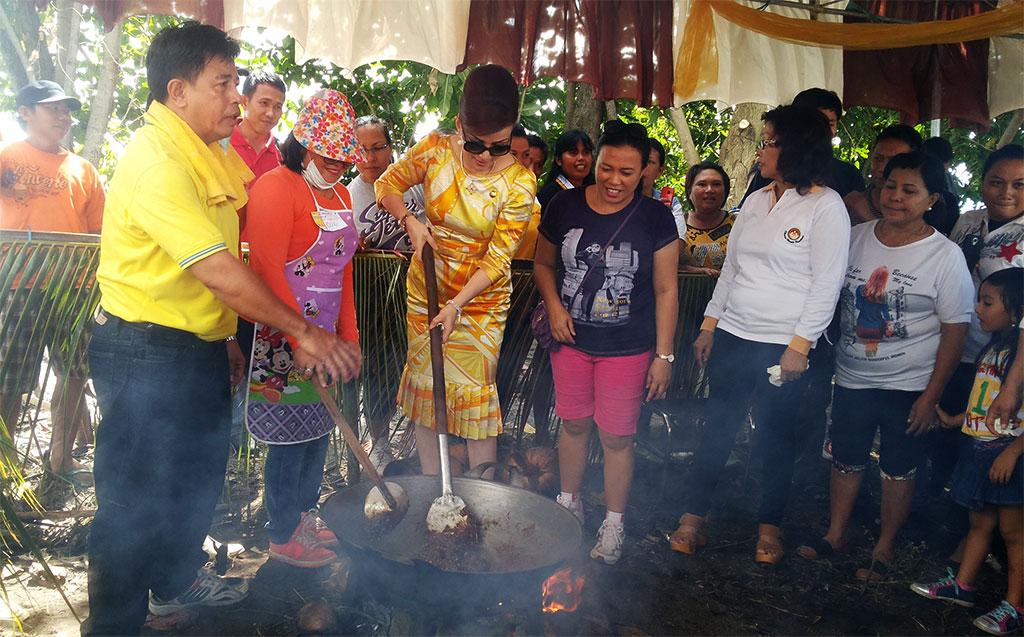 Bupati Minsel Saat Menggoyang Dodol Diacara Pembukaan Festival Teluk Amurang   Foto: bro eser