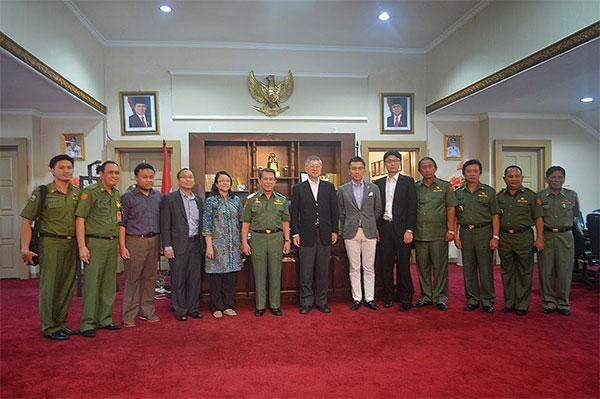 Foto Bersama Gubernur dan Tim APERC dan LCMT dari Jepang