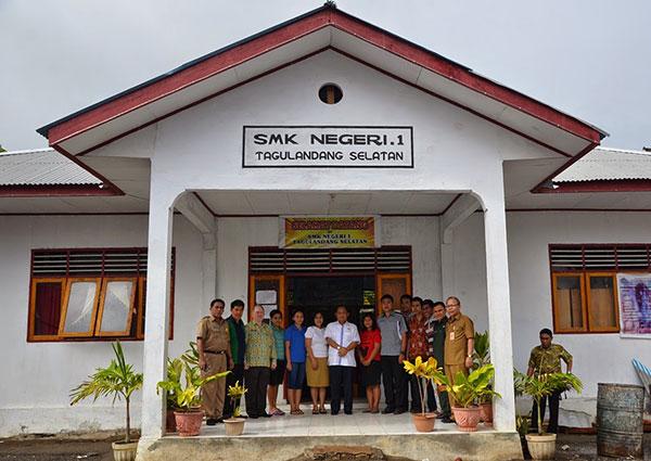 Foto bersama Wagub Sulut Dr. Djouhari Kansil MPd beserta rombongan di SMK Negeri 1 Desa Kisihang