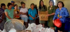 Grace Punuh dan Janne Mendur Saat Memberikan Bantuan di SLB Bartemeus
