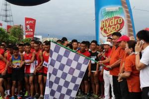 Gubernur Sulawesi Utara (Sulut) Olly Dodokambey kibasan bendera Tanda Start