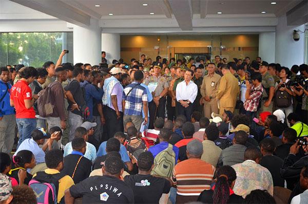 Gubernur Sulawesi Utara Dr. S. H Sarundajang menerima kunjungan ratusan mahasiswa Papua
