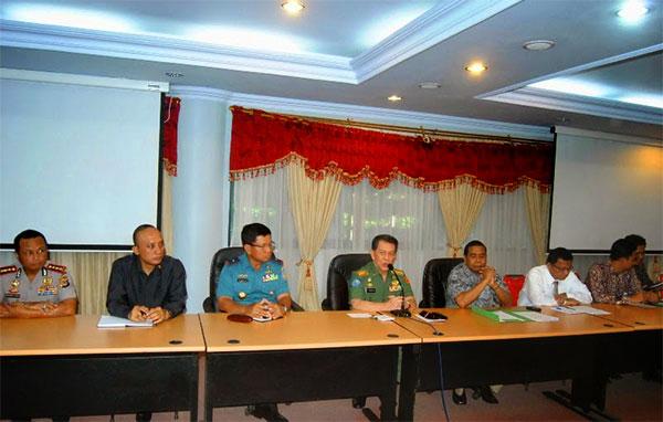 Gubernur Sulawesi Utara Dr. Sinyo Harry Sarundajang saat menerima kunjungan Dewan Energi Nasional yang dipimpin oleh Sonny Keraf