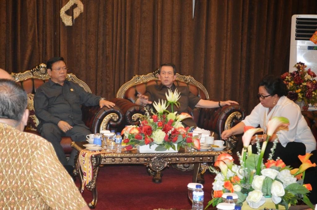Gubernur Sulawesi Utara Sinyo Harry Sarundajang bersama Menko Kesra Agung Laksono