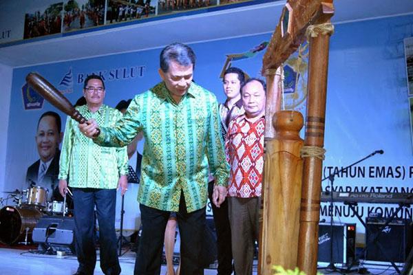 Gubernur Sulawesi Utara Sinyo Sarundajang, Membuka Pameran Pembangunan di Kayuwatu dalam Rangka HUT Emas Provinsi Sulawesi Utara
