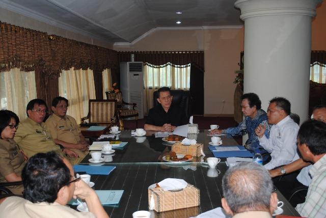 Gubernur Sulut Dr Sinyo Harry Sarundajang dan komisioner KIP Sulut