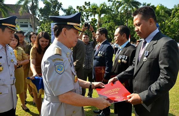 Gubernur Sulut Memberikan Penghargaan Kepada Pegawai Dinas Perhubungan
