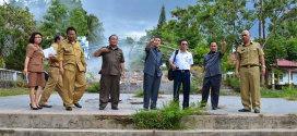 Gubernur dan Wagub Saat Meninjau Lokasi Pameran Pembangunan di Kayuwatu