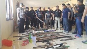 Barang bukti yang di amankan polisi dan Tni berupa, senapan angin, pisau, parang, dan sajam lainnya