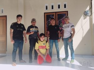 Pelaku penikaman (kaos kuning jongkok) saat diamankan tim Patola Polres Minsel