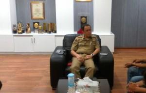 Walikota Manado Ir Royke O Roring MSi saat di temui di ruangan oleh media pos Pemkot manado