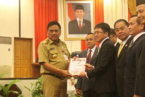 Andrei Angouw menyerahkan keputusan DPRD tentang rekomendasi DPRD kepada Gubernur Sulut Olly Dondokambey.