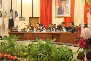 Ketua DPRD Sulut Andrei Angouw didampingi oleh Wakil Ketua DPRD Stevanus Vrekee Runtu, Wenny Lumentut, serta Marthen Manuel Manoppo dan juga dihadiri Gubernur Sulut Olly Dondokambey dan Wagub Steven Kandouw.