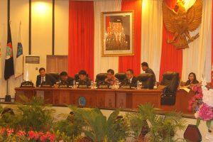 Rapat paripurna ini dipimpin langsung oleh Ketua DPRD Sulut Andrei Angouw didampingi oleh Wakil Ketua DPRD Marthen Manoppo, Wenny Lumentut serta dihadiri oleh Gubernur Sulut Olly Dondokambey dan Wagub Steven Kandouw.