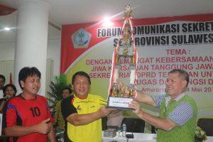 Penyerahan Piala juara umum diserahkan oleh sekwan Minahasa selatan Lucky Tampi SH dan Ketua Panitia Joins E.Langkun, SH M.Si diterima oleh Sekwan Deprov Sulut, Bartholomeus Mononutu.