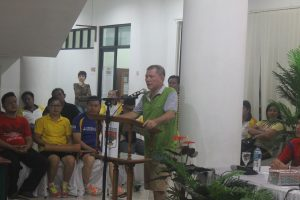 Bartholomeus Mononutu menutup acara Forkom Sekretariat DPRD Se-Sulut