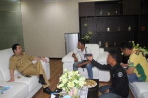 Wakil Walikota Mor Dominus Bastiaan,SE bersama wartawan post  Post Pemkot Rabu,(24/05/16) diruang kerjanya
