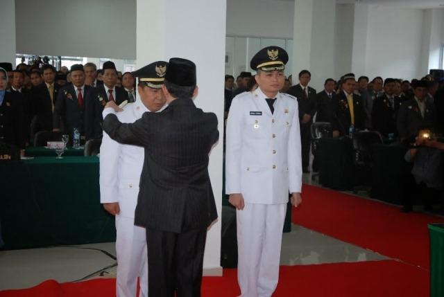 Gubernur Sulut S.H. Sarundajang melantik James Sumendap dan Ronald Kandoli sebagai Bupati dan Wabup Mitra. (foto:hms)