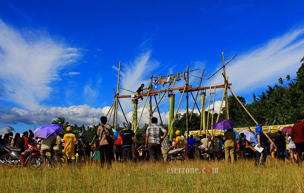 Lomba-Panjat-Pisang-Dalam-Rangka-Festiva-Teluk-Amurang