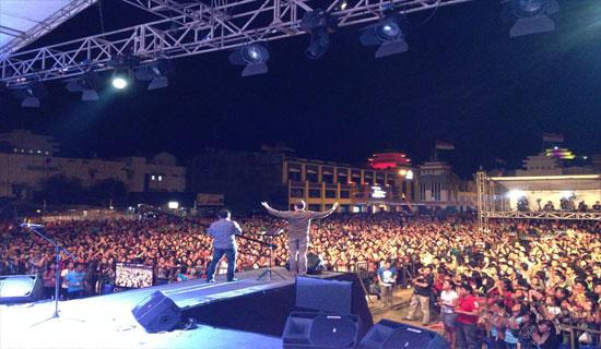 Andrew Palau saat berbicara di hadapan ribuan anak muda di Manado - Courtesy of Andrew Palau Facebook