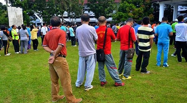 Meski Telah Dilarang, Pegawai Masih Pakai Jeans dan Celana Ceper Ketat