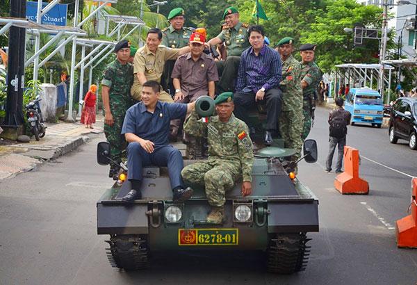 Pangdam Buka Pameran Alutista di Manado, Pejabat Naik Panser