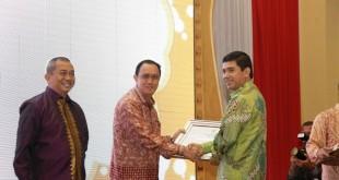 Pejabat Walikota Menerima Penghargaan MenPAN RB  310x165 Meraih Nilai B,Pemkot Manado Ketiga kalinya Meraih Penghargaan LAKIP