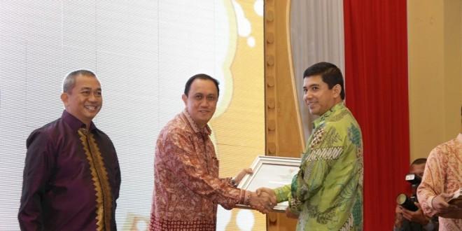 Pejabat Walikota Menerima Penghargaan MenPAN RB  660x330 Meraih Nilai B,Pemkot Manado Ketiga kalinya Meraih Penghargaan LAKIP