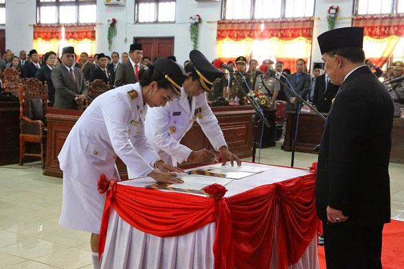 Pelantikan Bupati dan Wakil Bupati Kepulauan Talaud oleh Gubernur Sulut SH Sarundajang