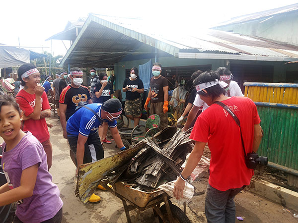 Pembersihan lokasi banjir Manado oleh relawan gerakan Manado bangkit