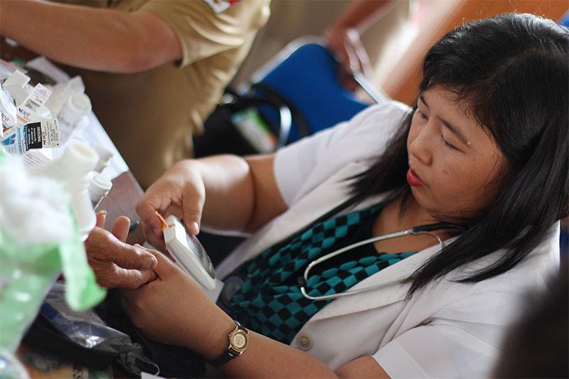 Pengobatan Gratis oleh Dokter di Minahasa Selatan