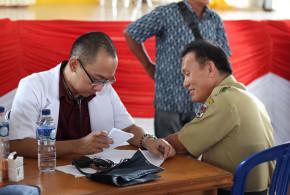Pengobatan gratis program Dana Kemanusiaan Kompas bekerja sama dengan Pemkab Minahasa Selatan