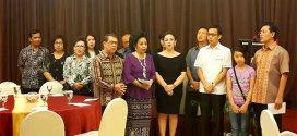Keluarga besar Sarundajang - Laoh Tambuwun saat membawakan pujian