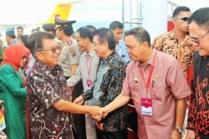 Pejabat Walikota Manado Menjemput Wakil Presiden Jusuf Kalla Jumat Sore (18/3)  Di Bandara Sam Ratulangi.